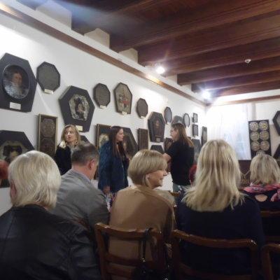 Październikowe spotkanie w ramach DKK odbyło się dnia 5.10.2018 i poświęcone było Zofii Stryjeńskiej, malarce, graficzce, projektantce tkanin, plakatów i zabawek.
