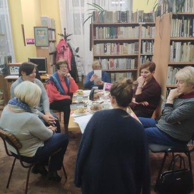 Po wakacyjnej przerwie, tj. w dniu 29 października 2018 r. w Filii nr 2 Wojewódzkiej i Miejskiej Biblioteki Publicznej im. Zbigniewa Herberta odbyło się kolejne spotkanie z członkami Dyskusyjnego Klubu Książki.