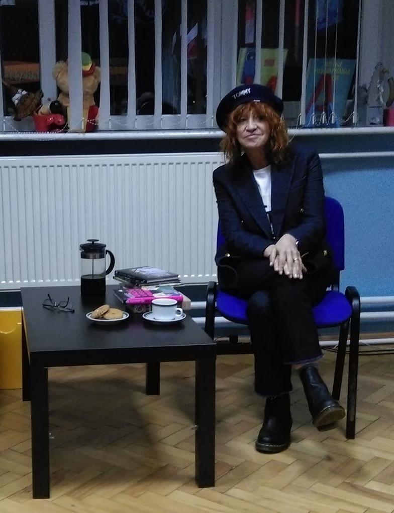 Barbara Kosmowska w bibliotece
