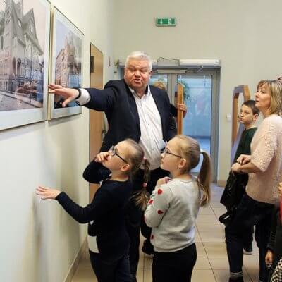 W sobotę, 1 grudnia 2018 roku, w Bibliotece Herberta miało miejsce niezwykłe wydarzenie. Odbył się pierwszy polsko-ukraiński spacer po gorzowskiej książnicy. Celem tego spotkania było nie tylko zaznajomienie nowych mieszkańców naszego miasta z Biblioteką, ale także wzajemne poznanie się i wspólne spędzenie czasu w dobrej atmosferze.