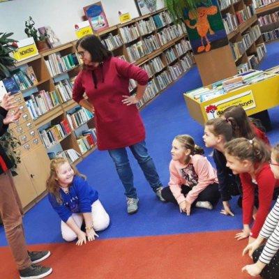 """Dzień po feriach, zamiast gwaru i śmiechu naszych młodych czytelników, pozostała z nami garść wrażeń, """"zerkające"""" z wystawy smoki i trolle, wciąż wisząca geograficzna mapa. To wyjątkowo miłe chwile, gdy dzieci w wolne dni nie chcą wychodzić z biblioteki."""