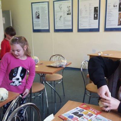 Tegoroczne ferie w Filii nr 10 odbyły się ph. Zimo – baw się z nami. Zajęcia były adresowane do najmłodszych czytelników biblioteki.