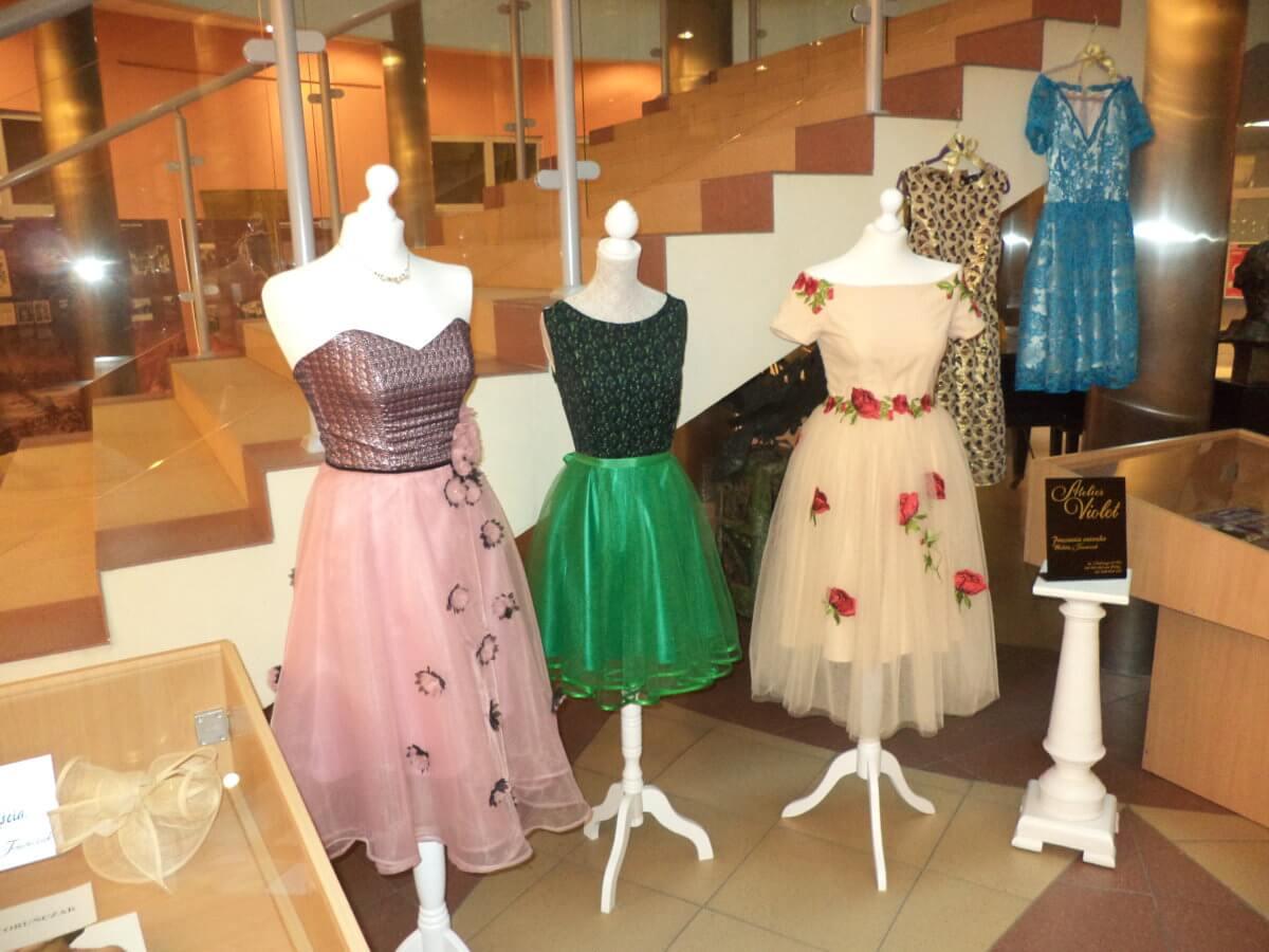 Kolekcja kreacji z atelier Violet (Pracownia autorska Wioletty Toruńczak z Gorzowa Wielkopolskiego). Kolekcji towarzyszy prezentacja książek o modzie.