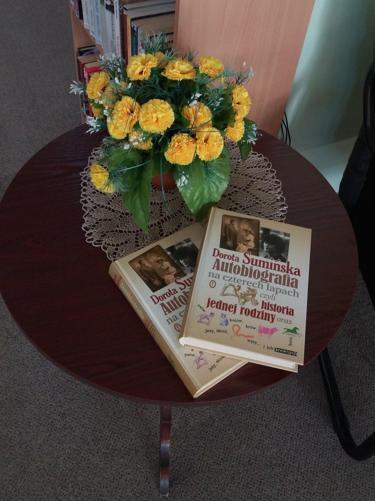 """Cudownie napisana historia rodziny, książka o tytule """"Autobiografia na czterech łapach czyli historia jednej rodziny oraz psów, kotów, krów, koni, jeży, żółwi, węży... i ich krewnych"""" - Doroty Sumińskiej, była 12 lutego tematem spotkania w ramach Dyskusyjnego Klubu Książki przy Filii Nr 4."""