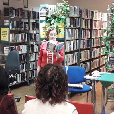 """21 lutego 2019 r. Janina J. Jurgowiak (Jaszka) była gościem Filii nr 6. Zadebiutowała w 2015 roku na łamach Pegaza Lubuskiego, a w 2017 wydała pierwszy tomik poezji """"Odroczenie""""."""