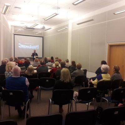 """Ponad 50 osób obejrzało film """"La la land"""", którego pokaz gorzowska książnica zorganizowała 21 lutego 2019 r. w ramach cyklu """"Mistrzowie kina, mistrzowie muzyki""""."""
