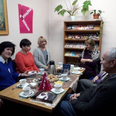 """15 stycznia 2019 r. odbyło się w Filii nr 6 spotkanie Dyskusyjnego Klubu Książki. Ponieważ aura nas nie rozpieszcza, za oknem szaro i deszczowo, tym chętniej dyskutowaliśmy o słonecznej Katalonii i Barcelonie. To właśnie tu osadzona jest fabuła powieści Núrii Pradas """"Barcelońskie sny"""""""