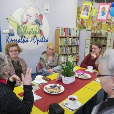 Niestety ostatnie spotkanie Dyskusyjnego Klubu Książki w Filii nr 14 odbyło się w nieco uszczuplonym gronie. Może właśnie dlatego było ono o wiele spokojniejsze niż dotychczas. 31 stycznia 2019 r. spotkałyśmy się w sześcioosobowym gronie, aby porozmawiać o jednej z książek Wiesława Myśliwskiego.
