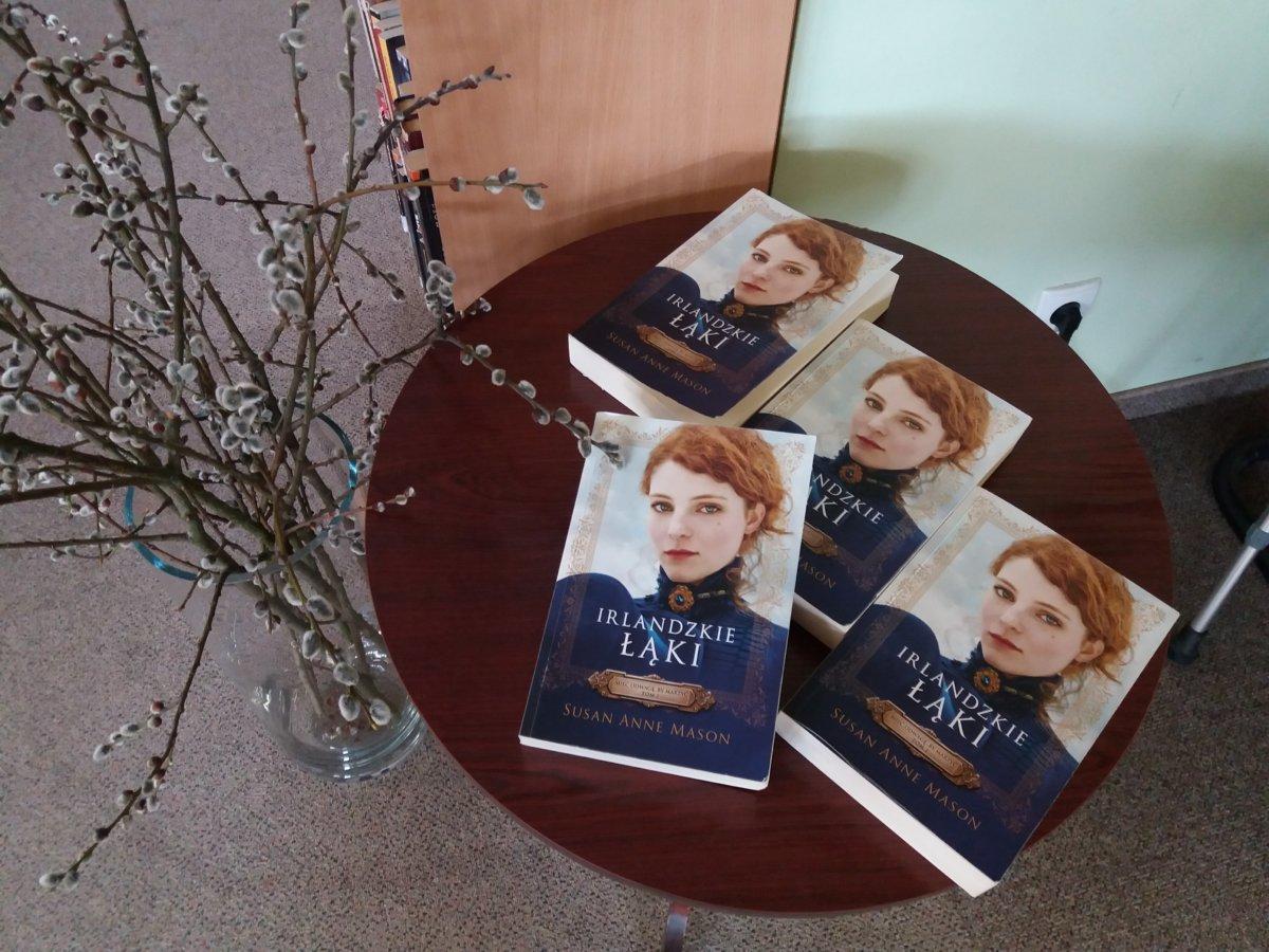 """Dnia 19 marca odbyło się spotkanie Dyskusyjnego Klubu Książki w Filii 4. Marcowe spotkanie było poświęcone książce pt.: """" Irlandzkie łąki"""" Susan Anne Mason ."""