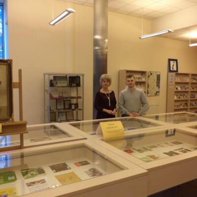 """W dniach  od  4 do 30 marca br. , w holu Biblioteki, można oglądać """"słodko-gorzką"""" ekspozycję pt.: Świat czekolady."""
