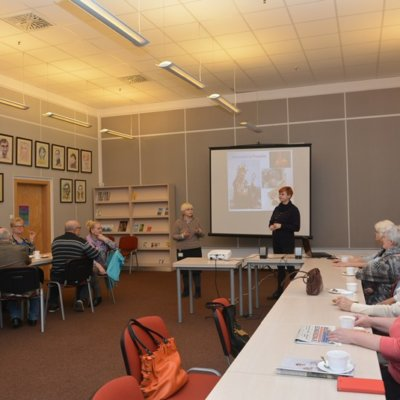 5 marca wspólnie ze słuchaczami Biblioteki Aktywnego Seniora oraz Klubu Senior Plus udaliśmy się w kolejną wirtualną podróż do Francji. Tym razem, jako że spotkaliśmy się w ostatni wtorek przed Popielcem, tematem naszej wycieczki były francuskie tradycje karnawałowe.