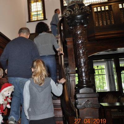 """27 kwietnia w bibliotece Herberta odbyły się kolejne zajęcia z cyklu """"Rodzinne soboty w Willi Lehmanna"""" ph. Retro książki łączą pokolenia."""