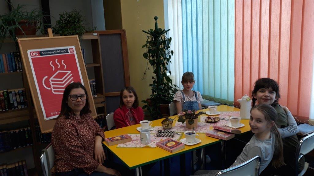 """8 kwietnia 2019 r. w Filii nr 1 odbyło się kolejne spotkanie Dyskusyjnego Klubu Książki dla młodzieży. Tym razem czytaliśmy """"Watę cukrową"""" autorstwa Jacqueline Wilson."""