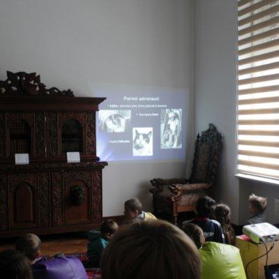 W minioną sobotę, 13 kwietnia 2019 roku, Willa Lehmanna zamieniła się w centrum dowodzenia biblioteczną stacją kosmiczną! Spotkanie zorganizowane było w związku z obchodzonym 12 kwietnia Dniem Kosmonautyki.