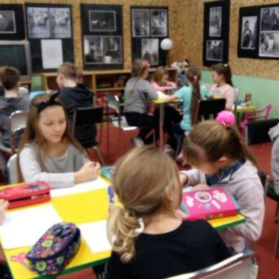 """Jak rozwijać wyobraźnię? Czy wymyślanie historii jest trudne? I co wspólnego mają z tym nożyczki i Andersen? Te i inne pytania znalazły swoje odpowiedzi podczas zajęć z okazji Międzynarodowego Dnia Książki dla dzieci w Bibliotece Plastusia. W spotkaniu 22 marca 2019r. uczestniczyli uczniowie klasy trzeciej ze Szkoły Podstawowej nr 20 a w dniu 4 kwietnia- """"Wiewiórki"""" z Przedszkola Miejskiego nr 17."""