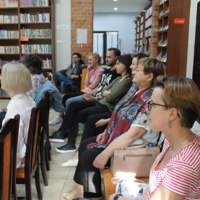 24 maja w ramach Dyskusyjnego Klubu Książki w Bibliotece Publicznej w Sulęcinie odbyło się spotkanie z Jakubem Małeckim – autorem dziesięciu książek – historii obyczajowych.