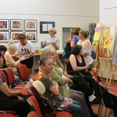 """Wystawa """"Portret kobiety. NIerówni potrzebują siebie"""" w Galerii """"Krąg""""."""
