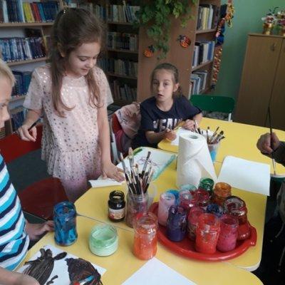 """""""Letnia Fabryka Pasji"""" to temat tegorocznego wakacyjnego cyklu zajęć dla dzieci w filiach bibliotecznych."""