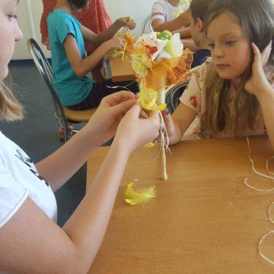 """Filia nr 10, na tegoroczne wakacje, przygotowała dla dzieci blok zajęć pt. """"Kufer z rękodziełem"""". Zajęcia rozpoczęły się nauką posługiwania się igłą i nitką."""