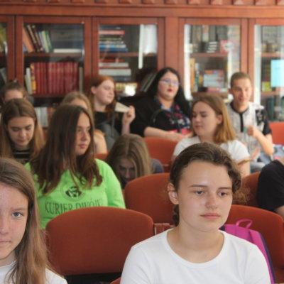 """- Pisanie to mądra zabawa – mówiła Ania Wardak z """"Kuriera Dwójki"""" podczas finału XIV Konkursu na Najlepszą Gazetkę Szkolną Województwa Lubuskiego, który odbył się 11 czerwca w Bibliotece Pedagogicznej w Gorzowie Wlkp. Ania Wardak jest sekretarzem redakcji w gazetce szkolnej """"Kurier Dwójki"""" i razem z Jakubem Sadowym, redaktorem naczelnym, mają przy tworzeniu gazetki sporo pracy:"""