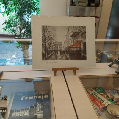 """Wystawa """"Francja na wakacje"""" do oglądania w holu Biblioteki od 5 do 30 sierpnia 2019."""