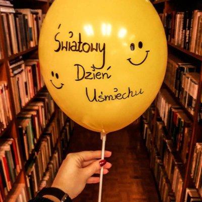 """W pierwszy piątek października obchodziliśmy Światowy Dzień Uśmiechu. Niestety w tym dniu biblioteka była zamknięta, dlatego postanowiłyśmy wynagrodzić naszym czytelnikom tę niedogodność i w poniedziałek (07/10/2019 r.) zorganizowałyśmy dla nich niewielką akcję biblioteczną. Odwiedzający Filię nr 14 mogli zapoznać się z ciekawostkami dotyczącymi uśmiechania się oraz przeczytać optymistycznie brzmiące cytaty. Czytelnicy mieli także możliwość zabrania ze sobą """"uśmiechu na wynos""""."""