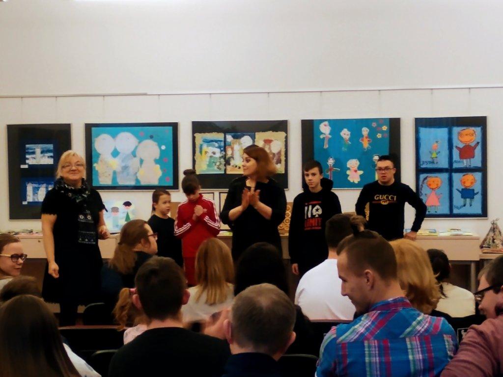 """23 stycznia 2019 r. w galerii """"Krąg"""" odbyło się otwarcie wystawy prac plastycznych uczniów z Zespołu Kształcenia Nr 1 z Gorzowa Wielkopolskiego."""