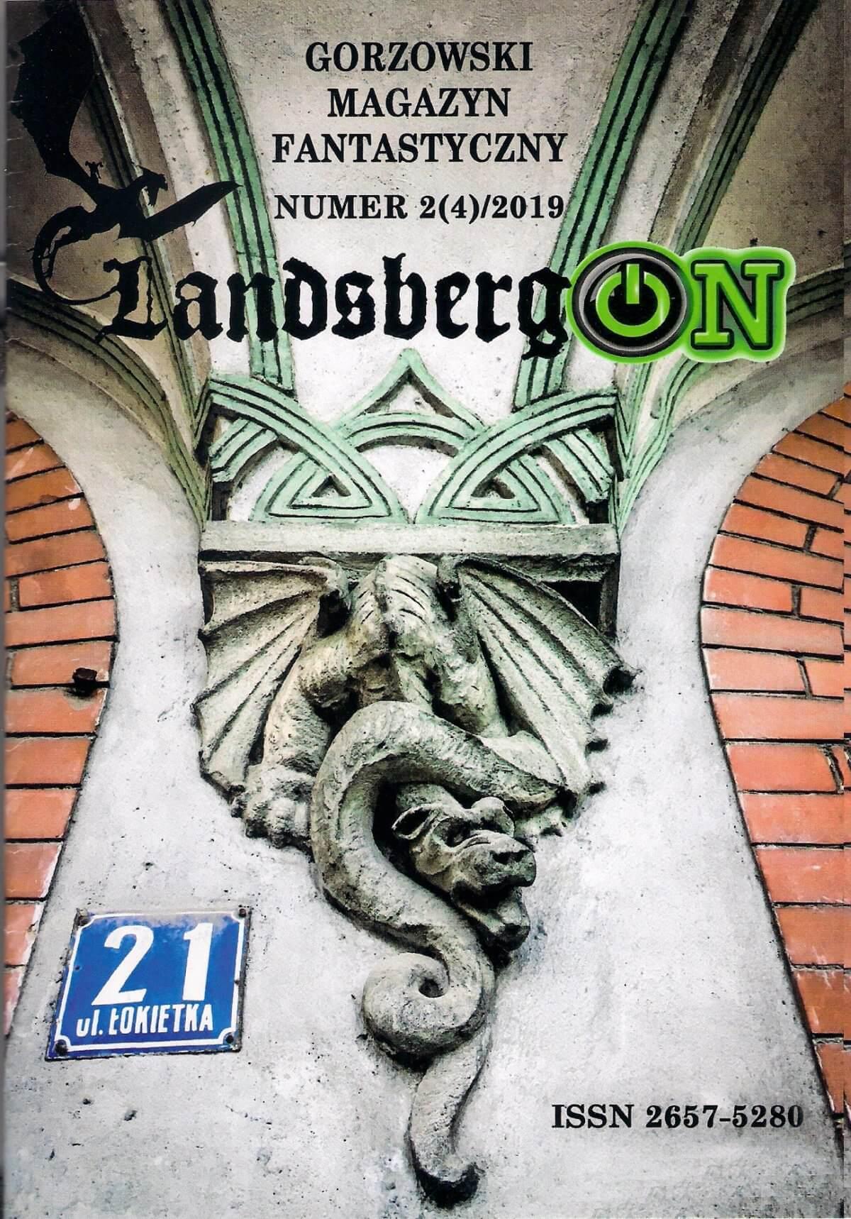 """Na okładce czwartego numeru """"LandbergONu"""" widnieje element dekoracji z domu przy ul. Łokietka 21: wstrętny smok z otwartą paszczą, poskręcanym cielskiem, rozpostartymi skrzydłami i ciężkimi łapami z ostrymi pazurami. Ten element secesyjnej dekoracji budynku pochodzącego z przełomu XIX i XX wieku świadczy, że dawni mieszkańcy Landsbergu także lubili fantastykę, a może również grozę."""