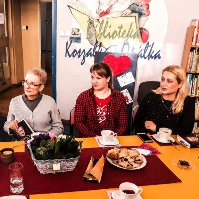 """Dnia 13 lutego 2020 roku w Filii nr 14 miało miejsce kolejne spotkanie Dyskusyjnego Klubu Książki dla dorosłych. Tym razem klubowiczki wzięły pod lupę pozycję pt.: """"Wodecki. Tak mi wyszło""""."""