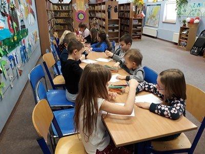 26.02.2020 roku Bibliotekę Ducha Bajducha Filia nr 4dz odwiedziły dzieci z Przedszkola Miejskiego uczestniczyły w lekcji bibliotecznej dotyczącej zawodu bibliotekarza.