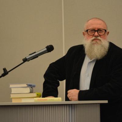 25 lutego 2020 roku gościem Biblioteki Herberta był prof. Jerzy Bralczyk - wybitny językoznawca, jeden z najpopularniejszych autorytetów w dziedzinie języka polskiego, specjalista w zakresie języka mediów, reklamy i polityki.
