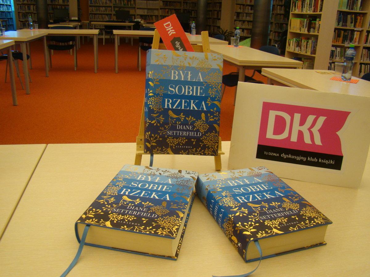 """17 września 2020 r. spotkał się Dyskusyjny Klub Książki przy Wypożyczalni Głównej. Mówiliśmy o książce Diane Setterfield """"Była sobie rzeka""""."""